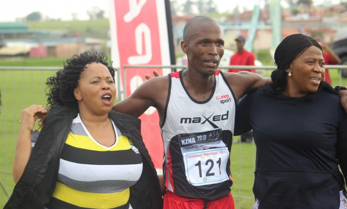 Men's winner Thobani Chagwe (centre) with the mayor Jabulile Mbhele on the left and MEC Bongi Sithole-Moloi on the right.